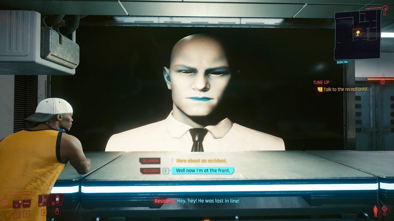 Ein Mann, der auf einem Fernseher in einer Bürolobby abgebildet ist