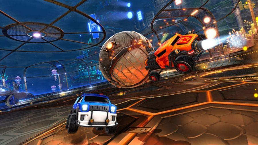 Ein Auto verbindet sich mit dem Ball und schickt ihn über den Kopf eines Gegners in der Rocket League, einem der besten Multiplayer-Spiele