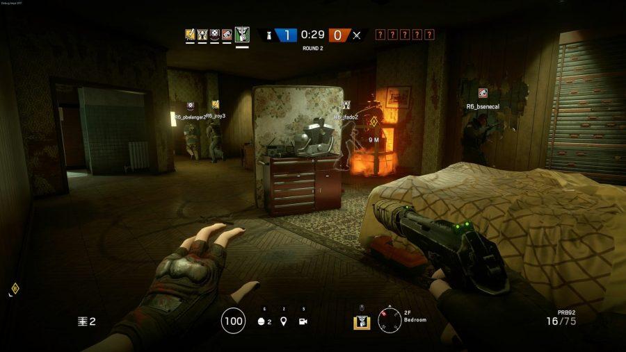 Ein Team bereitet sich darauf vor, in einem der besten Multiplayer-Spiele, Rainbow Six Siege, zu verteidigen