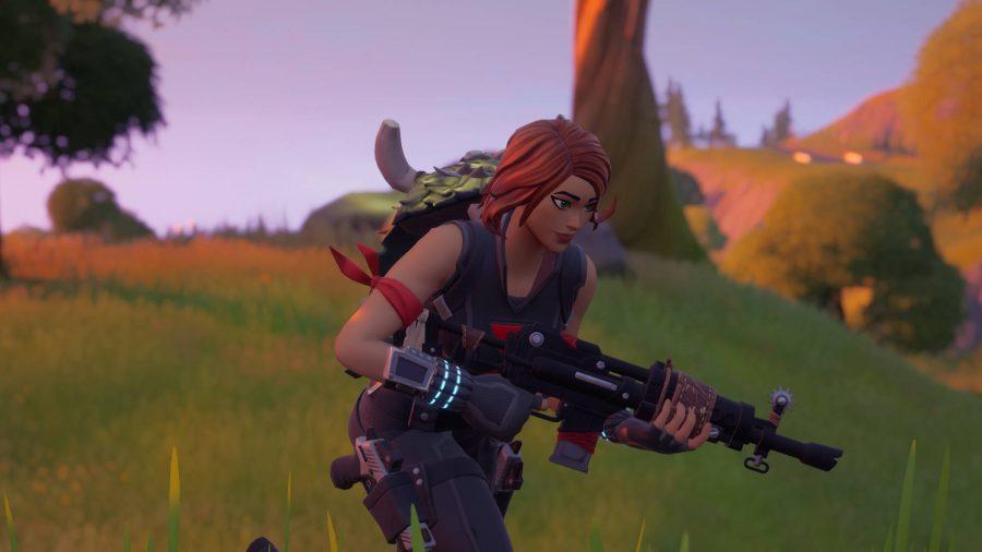 Die Spielerin trägt einen Jägerumhang auf dem Rücken, eines der Handwerksgegenstände in Fortnite
