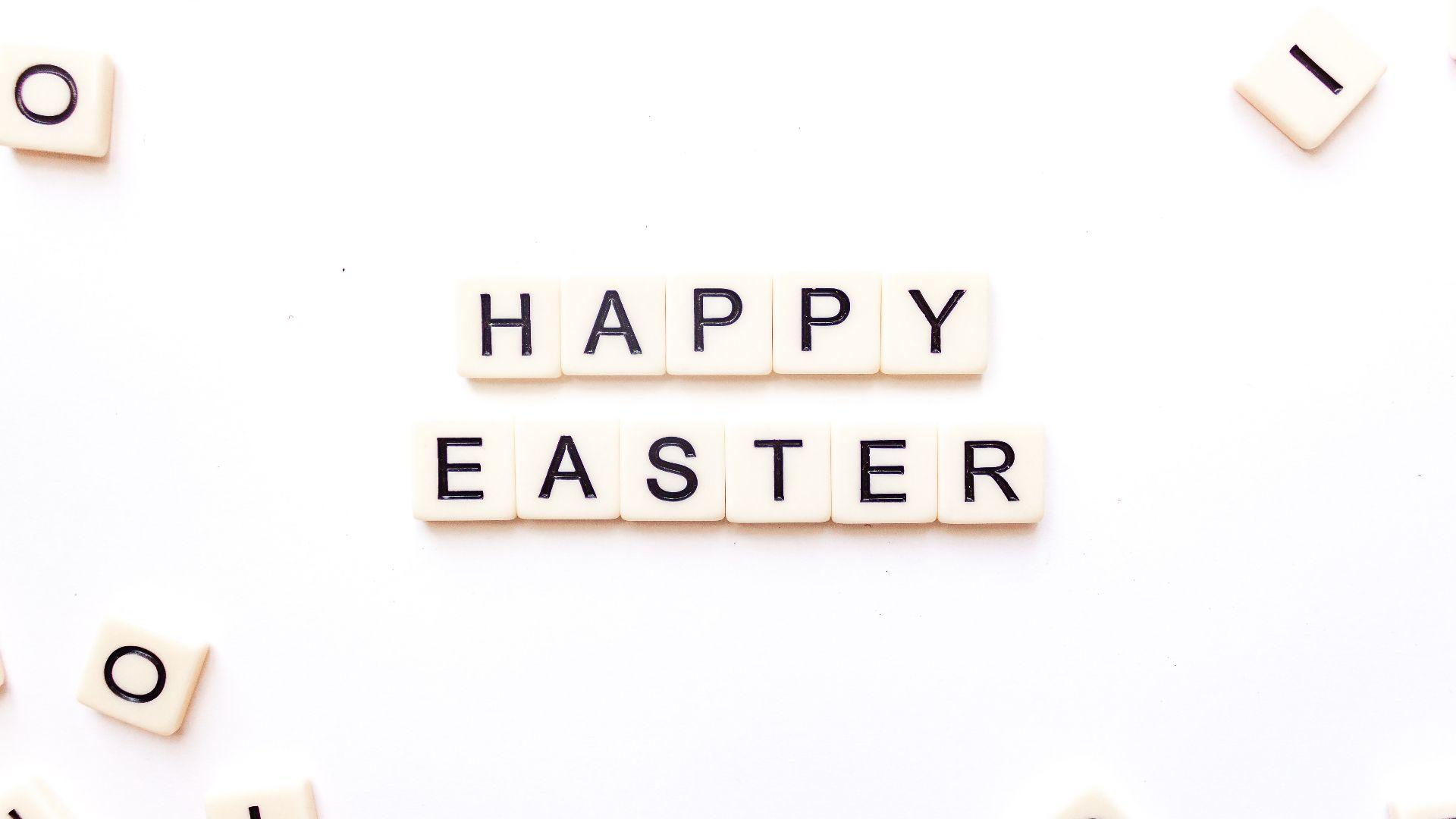 Scrabble-Buchstaben, die Frohe Ostern buchstabieren