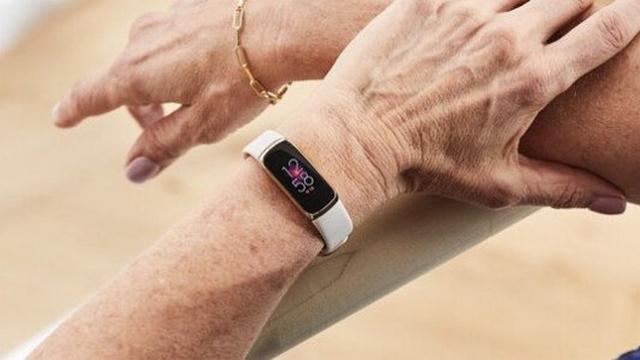 Fitbit Luxe am Handgelenk